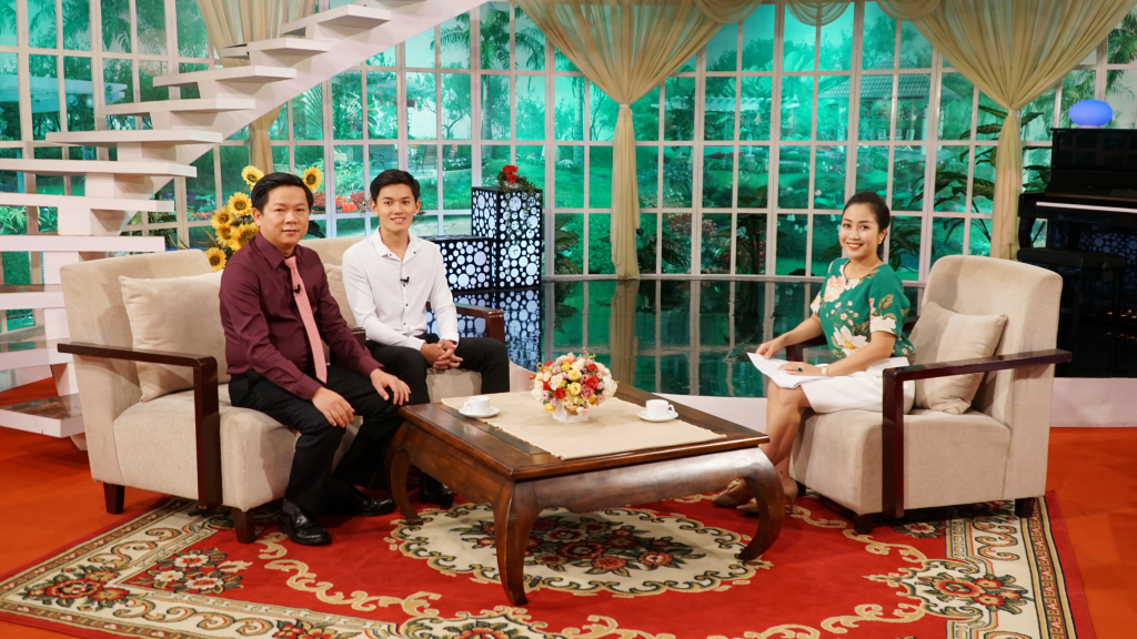 Khanh Du and Dr. Dung appear together on Vui Song Moi Ngay Show on VTV 2 Chanel
