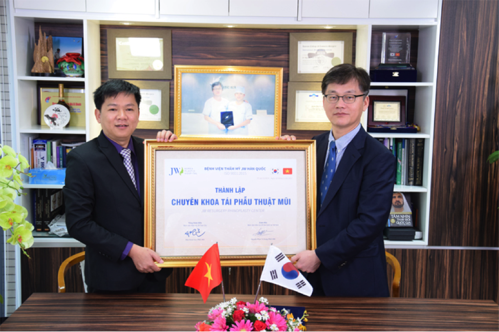 The signing ceremony of The Revision Nose Surgery Center between Man Koon Suh PhD, MD – Director of The Global JW Korea Plastic Hospital systems and Nguyen Phan Tu Dung PhD, MD – Director of JW Korea Plastic Hospital, Vietnam.