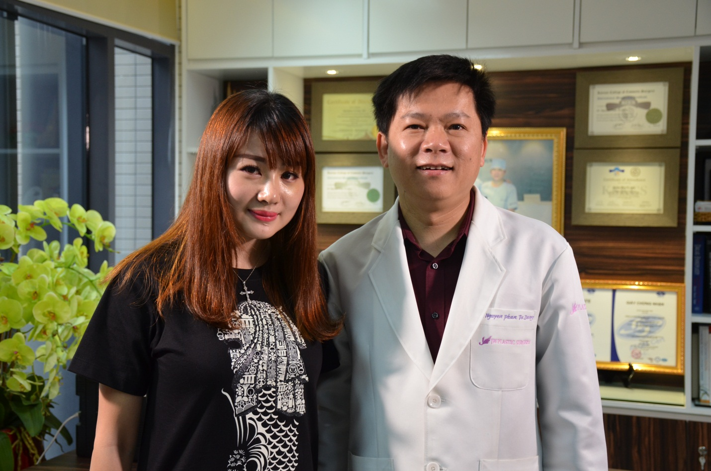 Ms. Lean Yee Lings take a picture with Dr. Dung ( a result after 7 days)