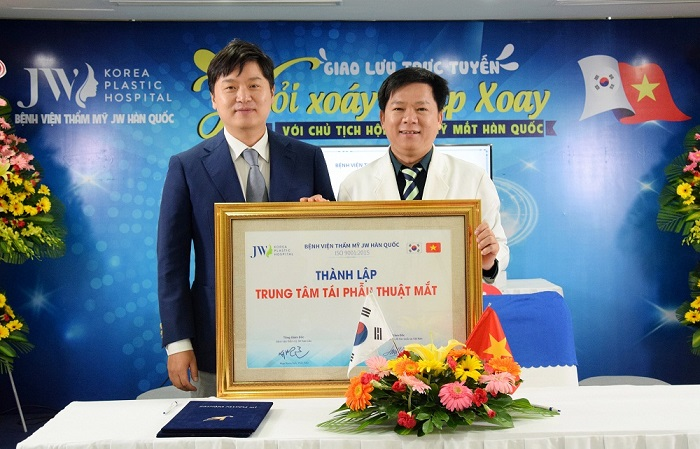 The signing ceremony of The Revision Eye Surgery Center between Hong Lim Choi PhD, MD – President of Korean Eyes Aesthetics Association and Nguyen Phan Tu Dung PhD, MD – Director of JW Korean Plastic Surgery Hospital, Vietnam.